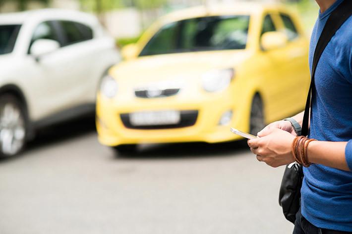 Tenía que llegar: señales advirtiendo el peligro por peatones mirando el móvil