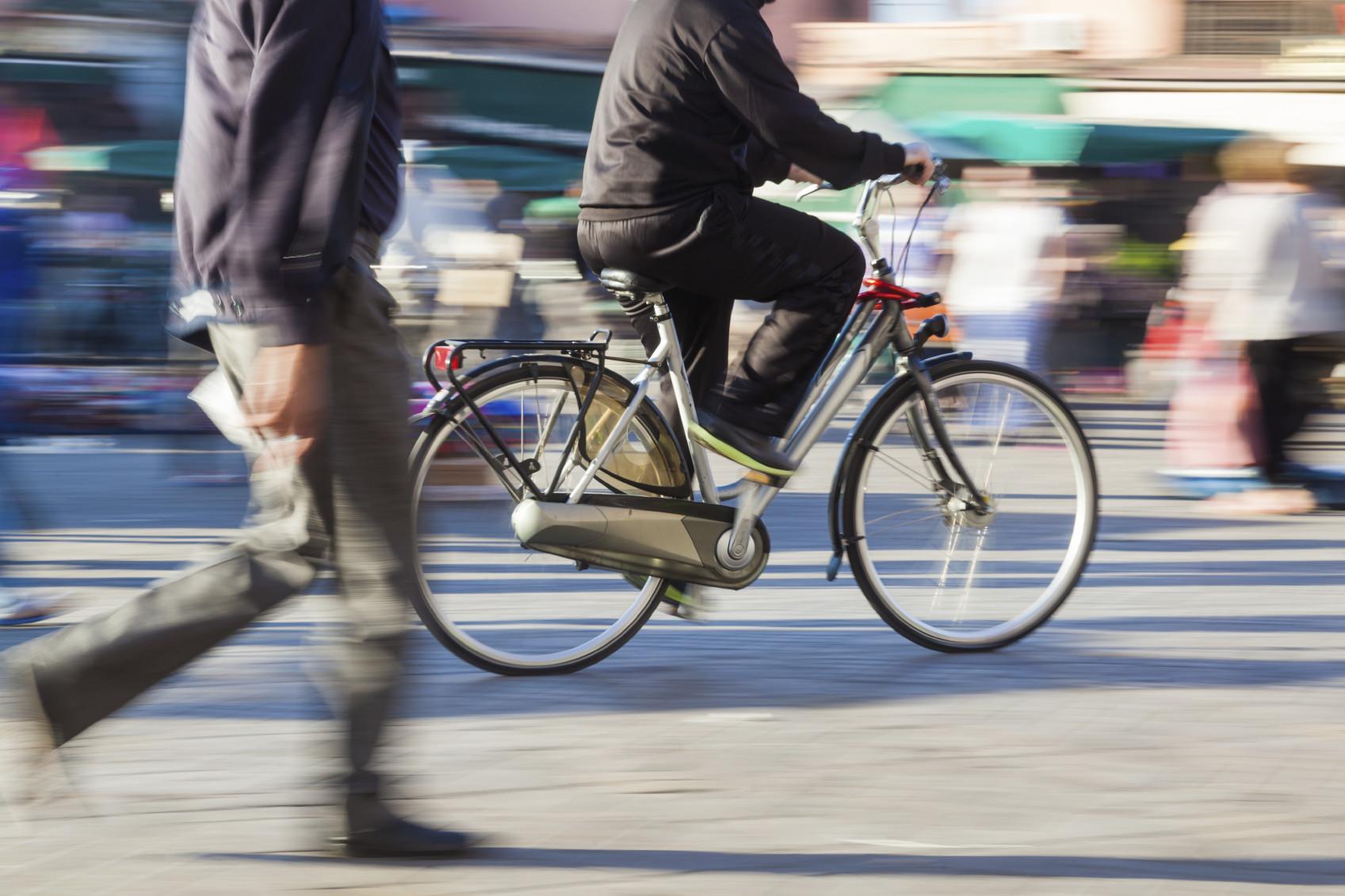 Así es la difícil convivencia entre peatones y ciclistas en una ciudad