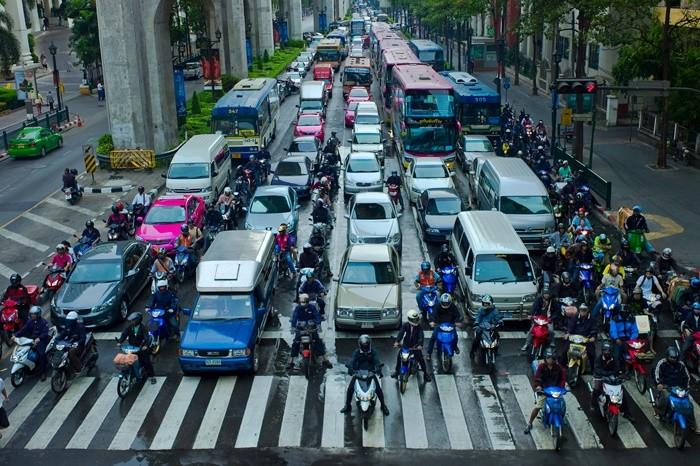 ¿Cómo evitar un accidente en moto cuando abren la puerta del coche?