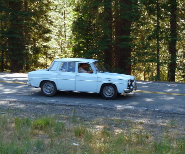 Conduciendo coche antiguo