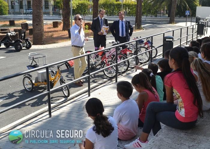 Alumnos pertenecientes al Colegio Lepanto de Mairena del Aljarafe durante la presentación de la Jornada por parte de Paco (profesor del Centro) y de los responsables del Ärea de Seguridad y Movilidad del Ayuntamiento de Sevilla