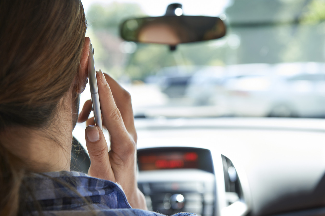 Mujer hablando por teléfono al volante