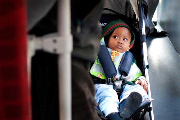 En autobús, metro o avión, busca siempre la manera más segura de viajar con tu hijo