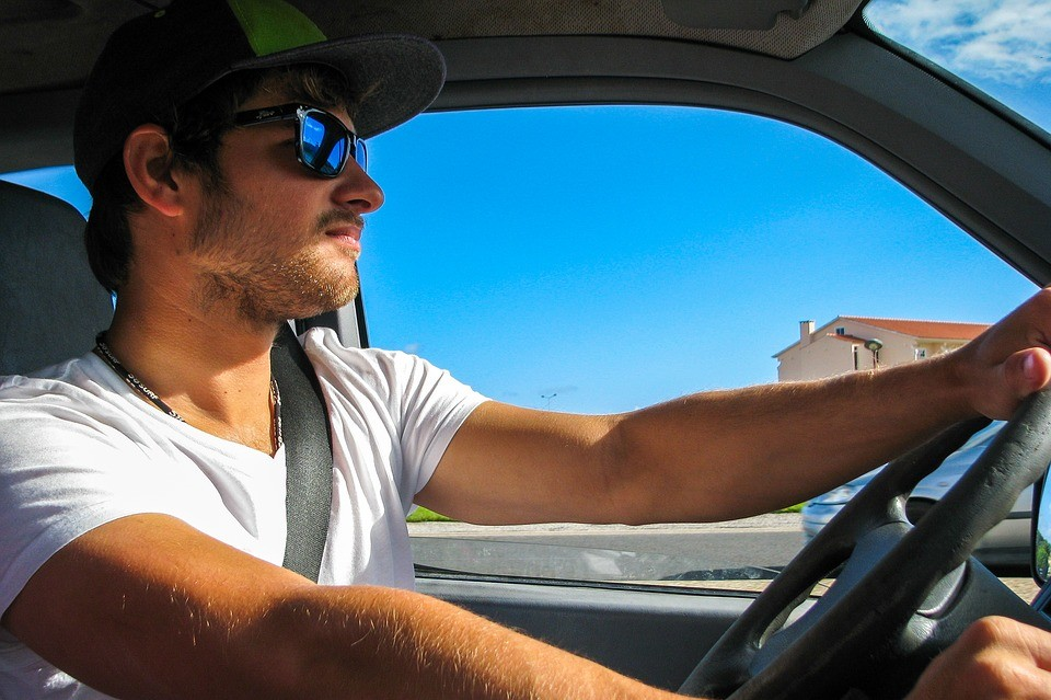 conductor con gafas