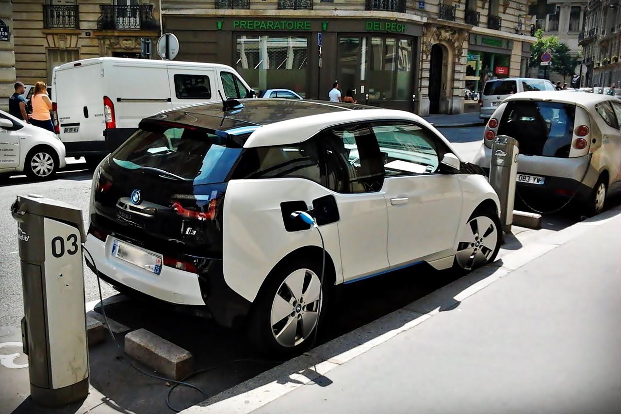 Viajar en coche eléctrico: todo lo que tienes que saber sobre la recarga