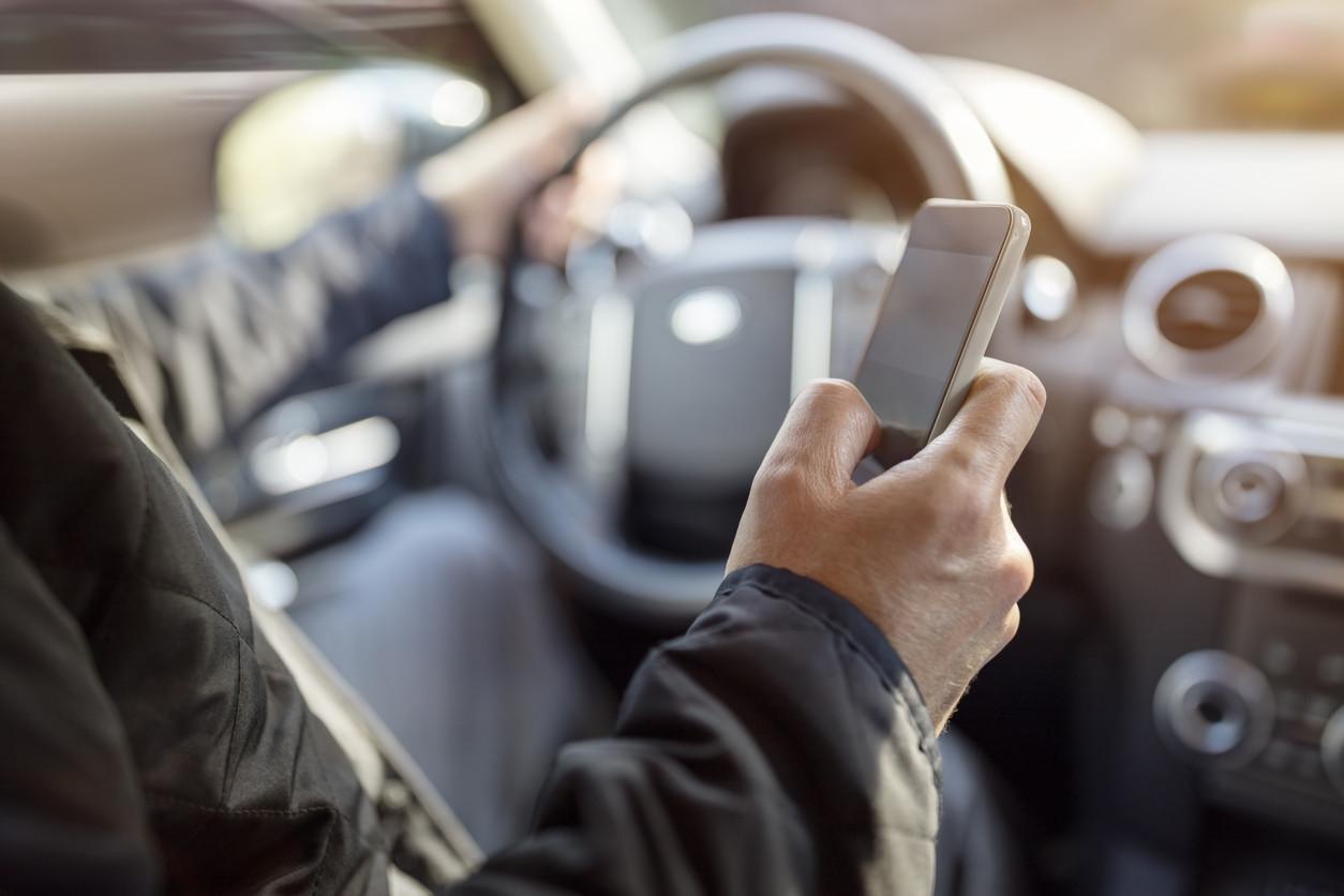 Tráfico y WhatsApp: la auténtica batalla del siglo XXI por la seguridad vial