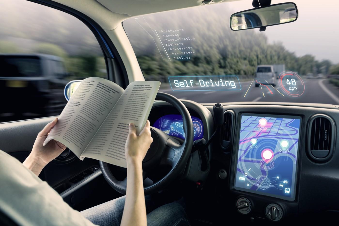 coche autonomo conductor leyendo
