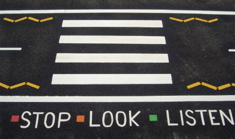 stop look listeng paso de peatones