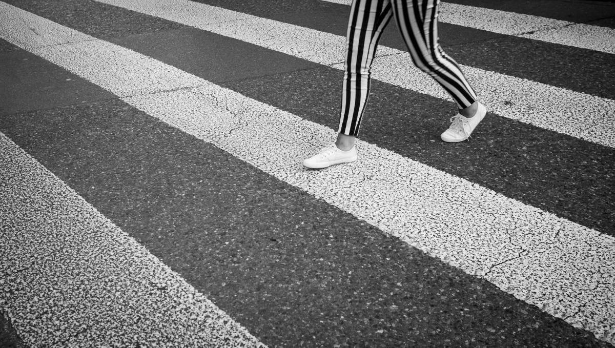 No te engañes, las rayas blancas del paso de peatones no evitan el atropello