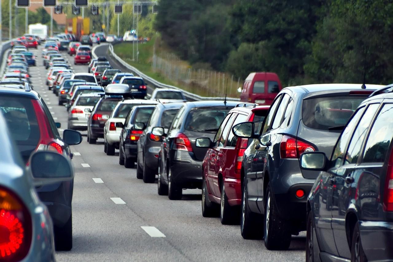 las 6 normas para conducir por autovía de forma segura: cuidado durante las operaciones de tráfico