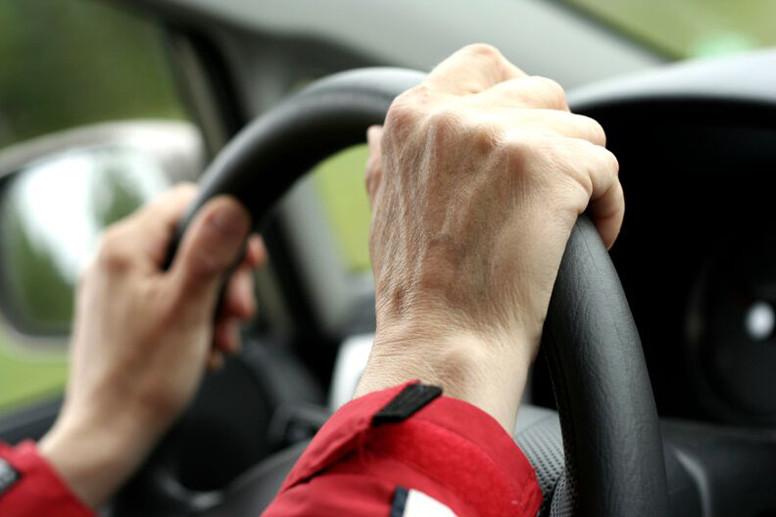 conductor con las manos en el volante