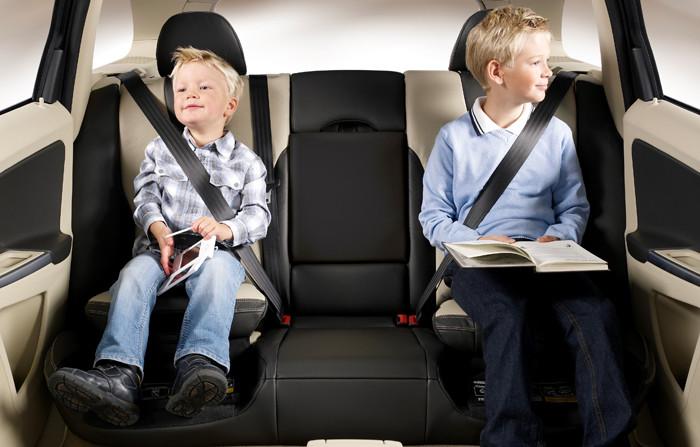 Izquierda, derecha o centro: ¿dónde pongo la sillita infantil en el coche?