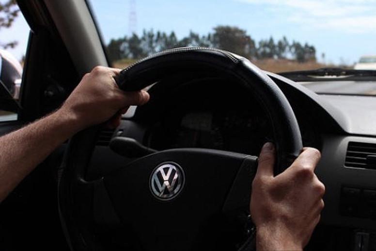 Las diferentes formas de coger al volante que pueden tener una sanción