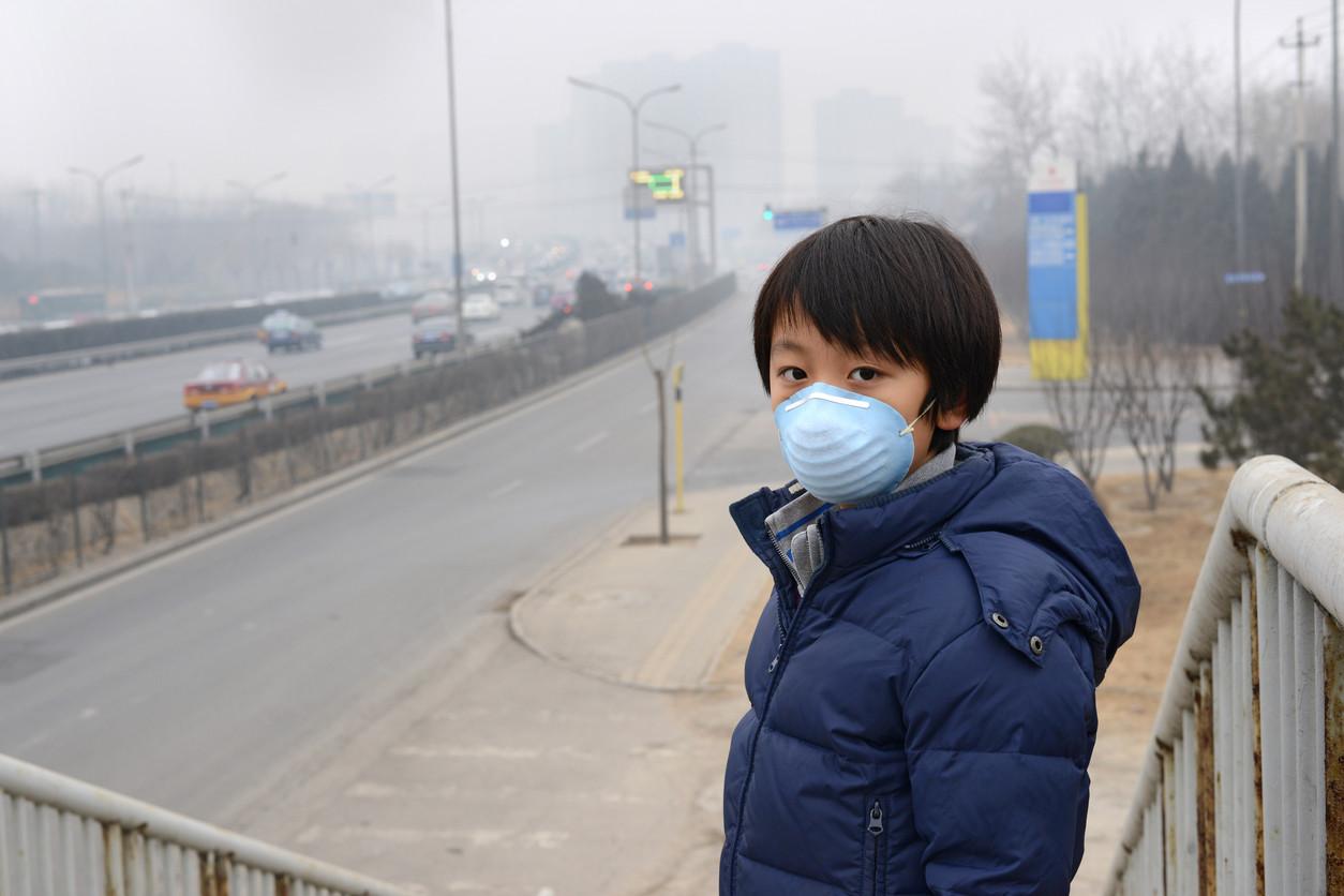 Niño progetiéndose de la contaminación en China