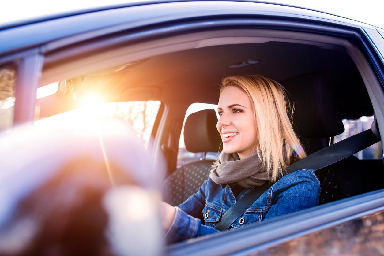 Las mujeres al volante definitivamente obtienen mejor nota