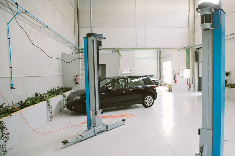 coche en taller con plantas