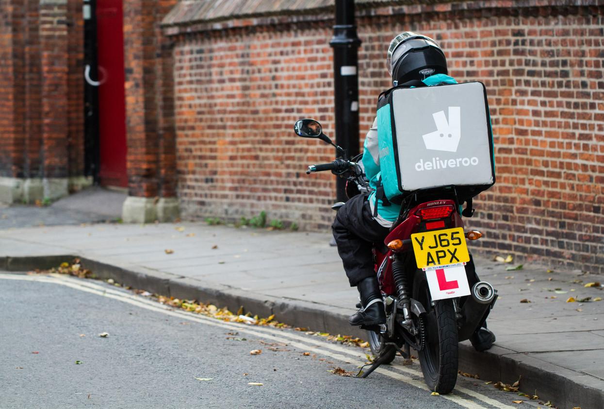 """Riesgos del """"delivery"""" en moto: cómo repartir de forma segura"""