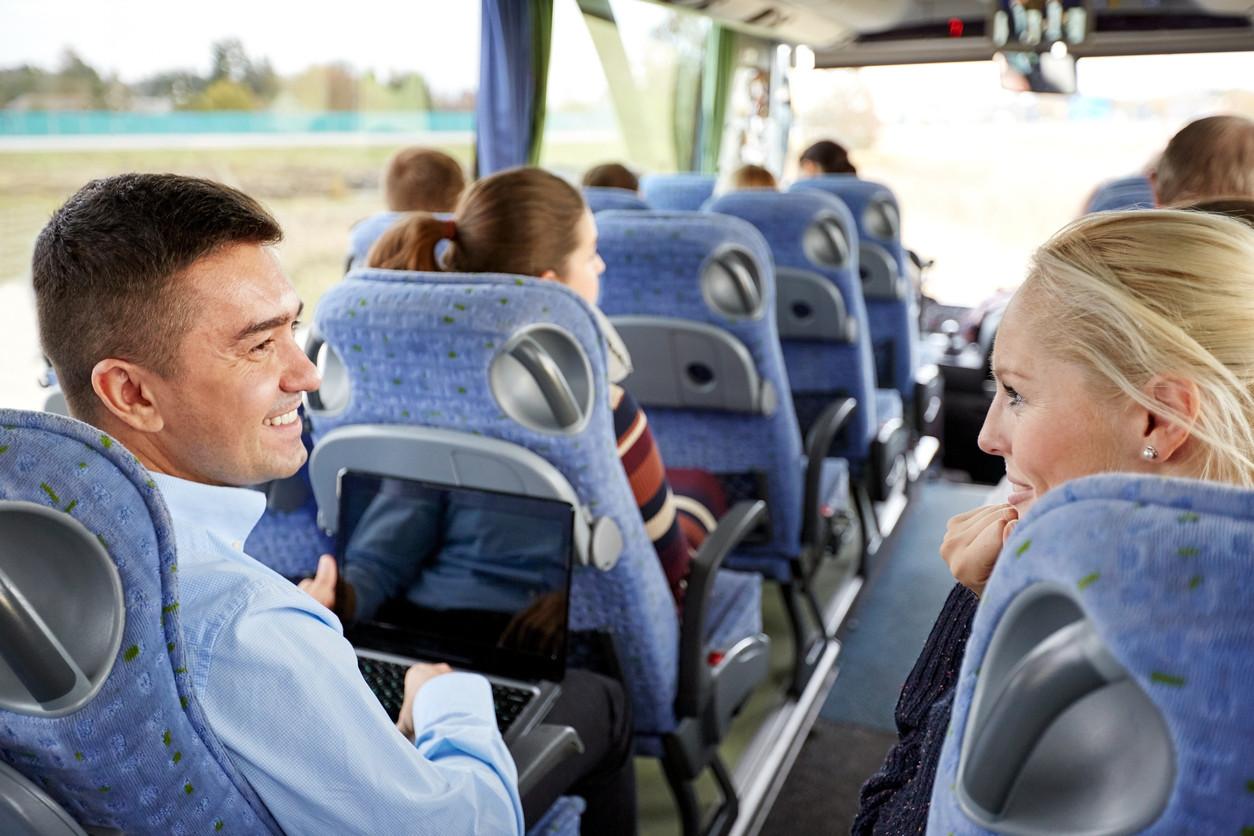 Personas hablando en el autobus