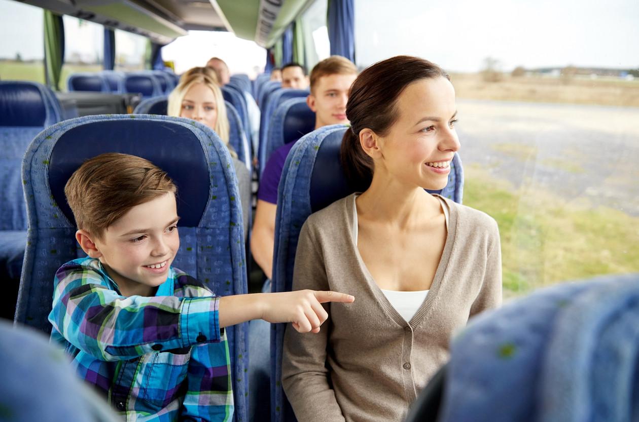 Madre e hijo en el autobús