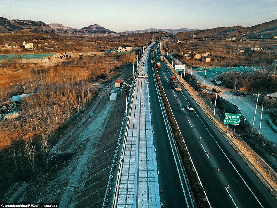 La ambiciosa carretera china con paneles solares, recarga inalámbrica y asistencia a coches autónomos