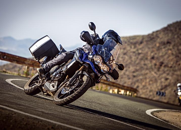 Sobre una moto todos somos de cristal: así lo cuenta esta campaña de la DGT