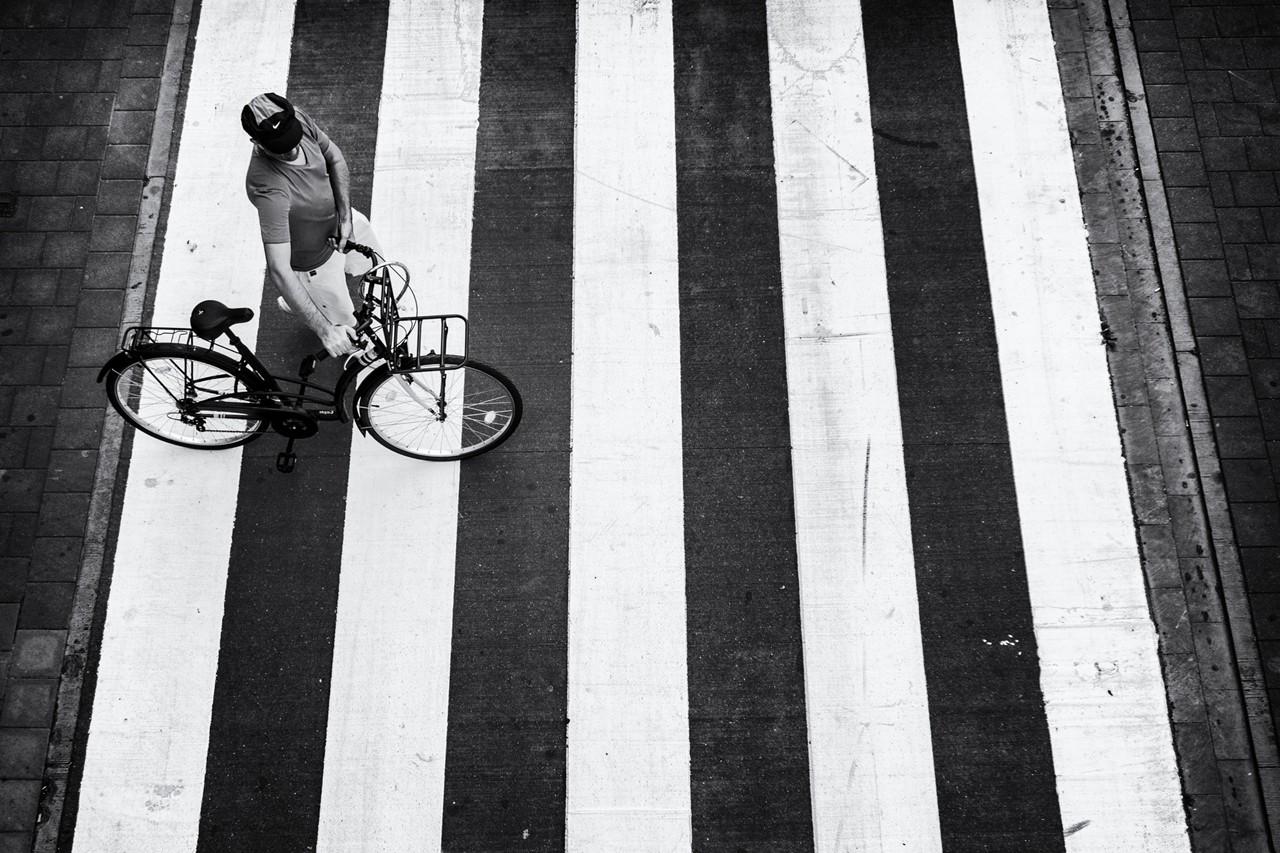 ¿Debo bajarme de la bici para cruzar por un paso de peatones?
