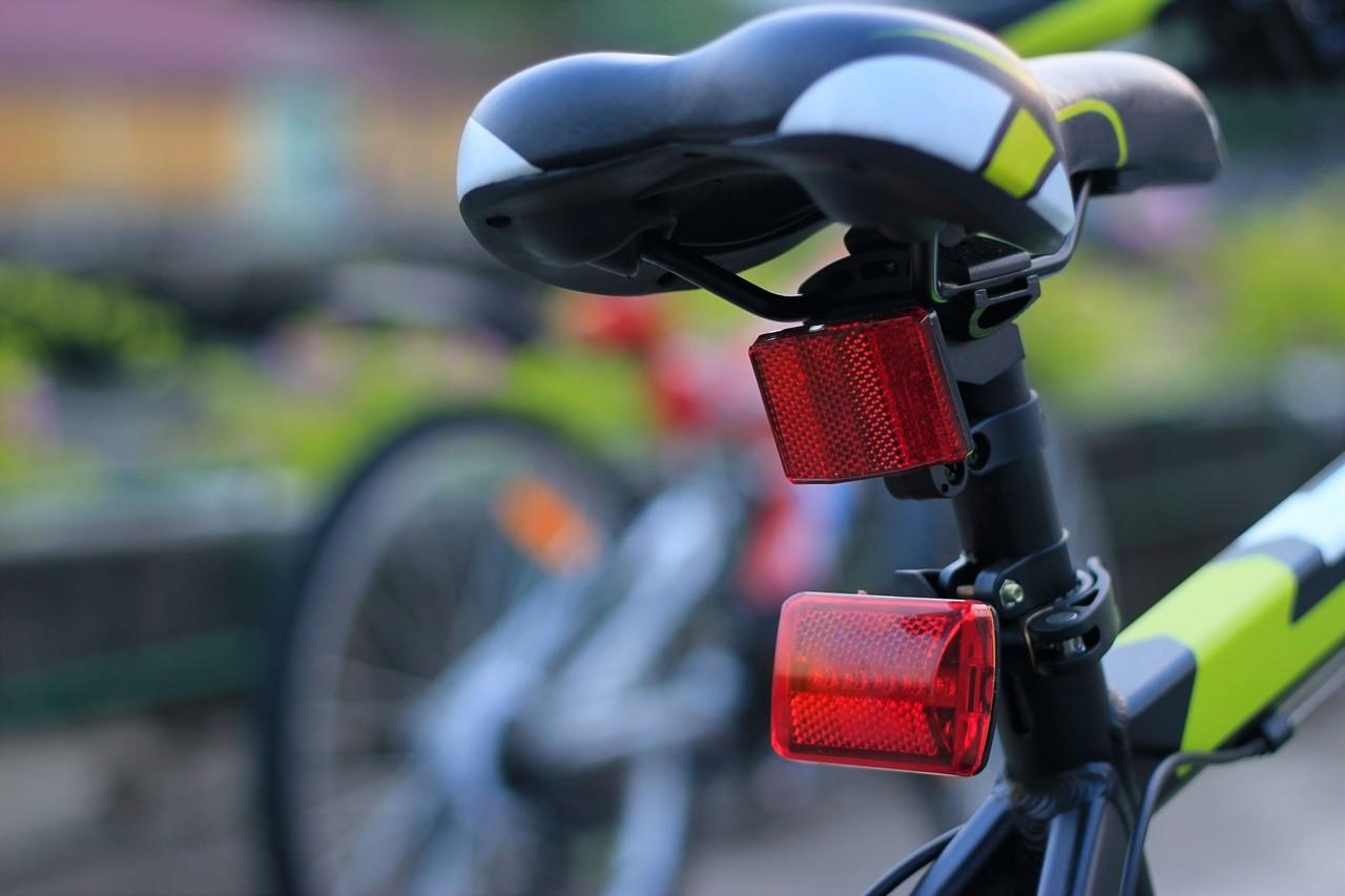 Usar luces parpadeantes en bicicletas no es una infracción, según la DGT