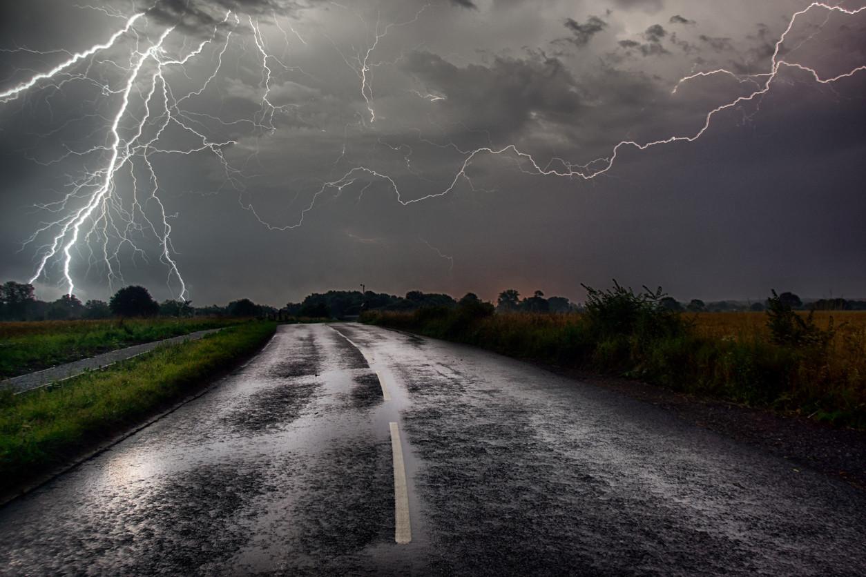Conducir con una tormenta eléctrica: ¿puede caer un rayo sobre mi coche?