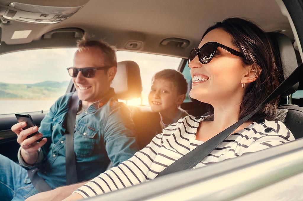 ¡Ocio a bordo! Cómo utilizar dispositivos electrónicos en el coche con total seguridad