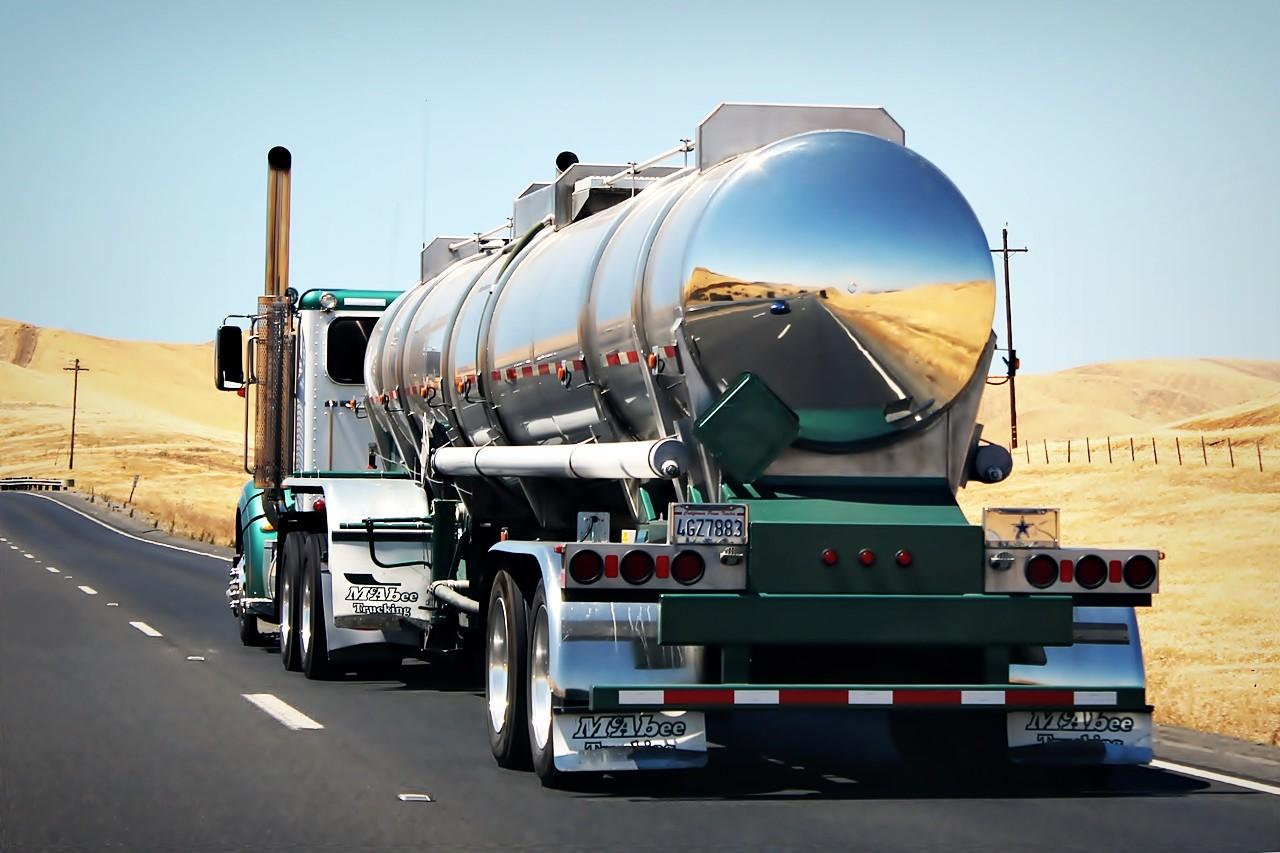 Adelantar camiones en carretera secundaria: la escena de verano que a muchos nos asusta