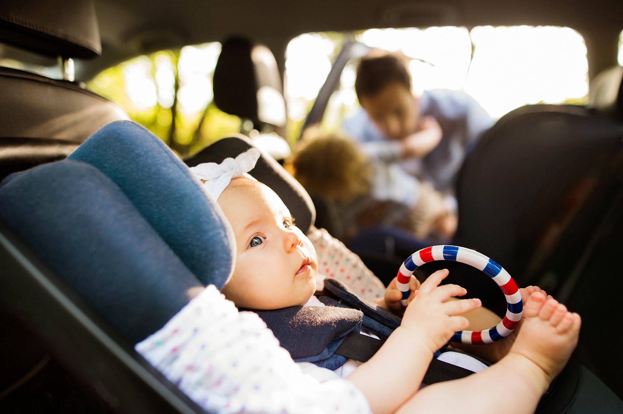 ¿Cuántas sillitas infantiles se pueden instalar en el coche?