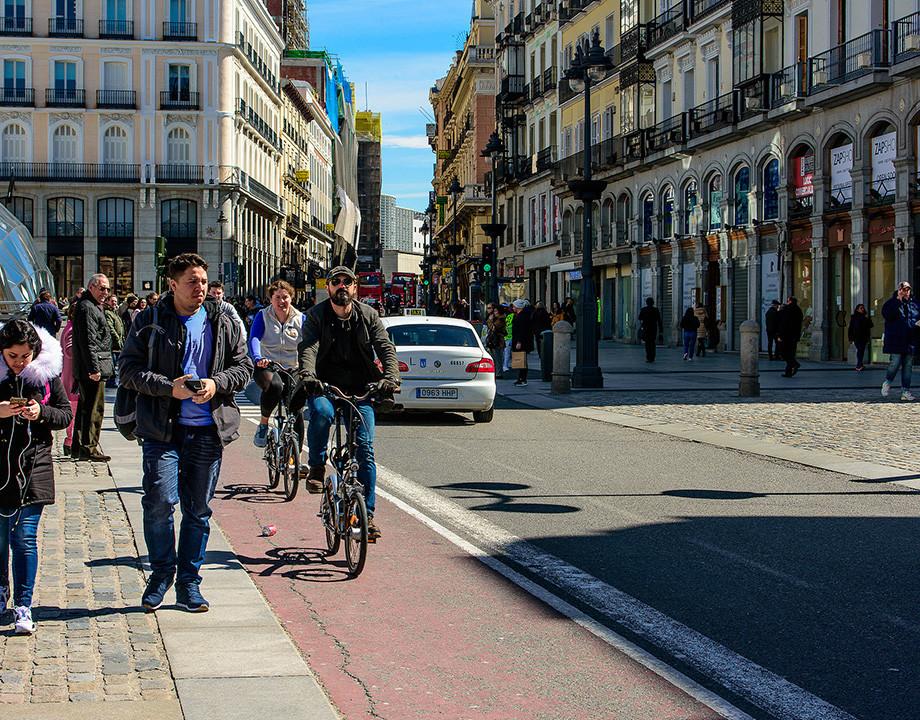 En Madrid, en bici, podrás girar a la derecha con semáforo en rojo. ¿Qué más puedes hacer?