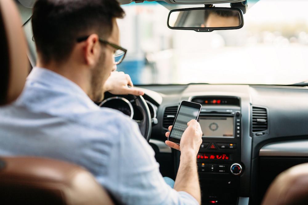 ¿Sabes el riesgo que tiene contestar un mensaje mientras estás conduciendo?