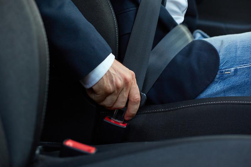 ¿Qué se debe revisar del cinturón de seguridad para su correcto funcionamiento?