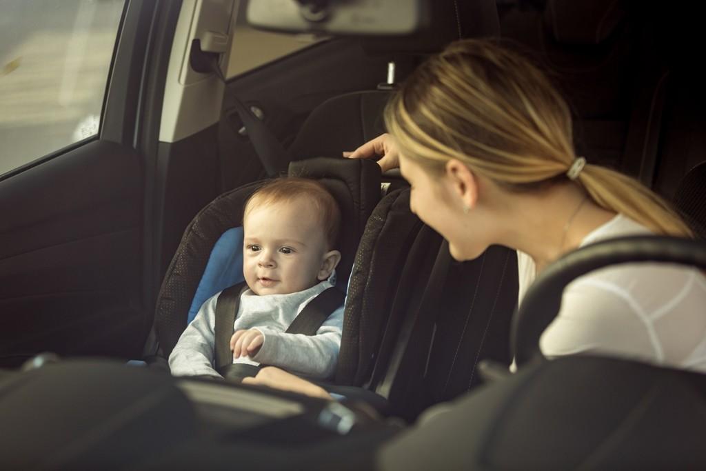 ¿Cuándo puede un niño viajar en el asiento delantero?