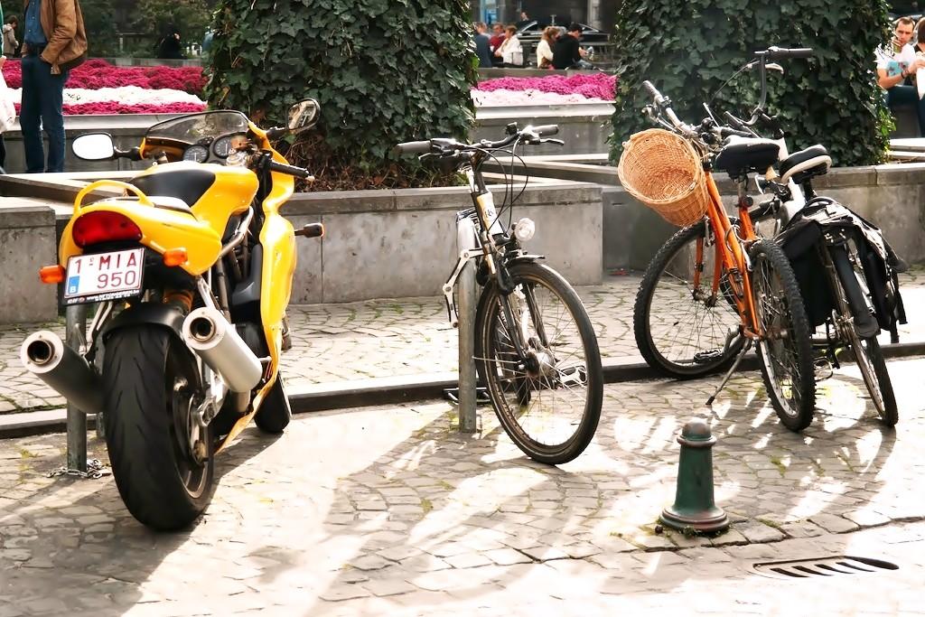 Cómo aparcar bicicletas, motos y patinetes correctamente en Madrid y Barcelona