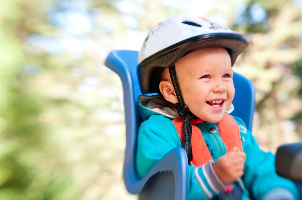 Niño en silla para bicis