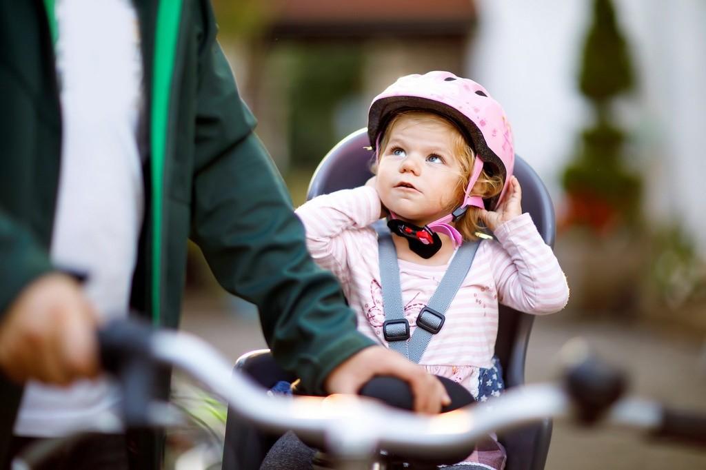 Cómo llevar a los niños en bicicleta de forma segura