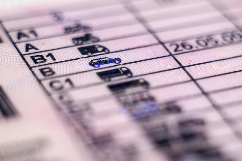 ¿Sabes qué significan los códigos de tu carnet de conducir?