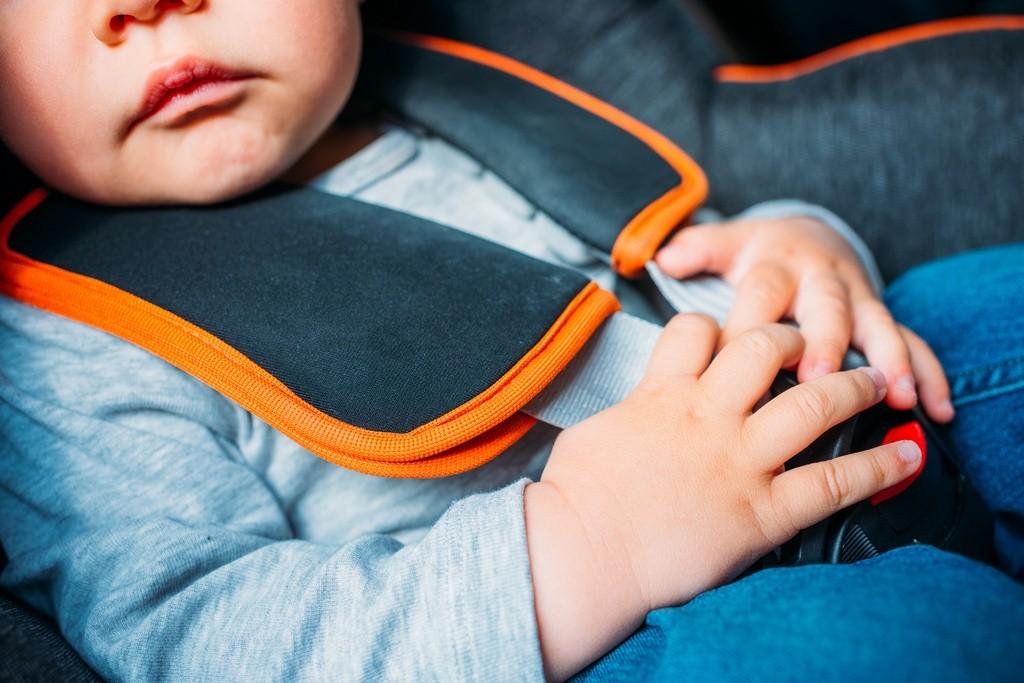 ¿Por qué los abrigos y las sillitas infantiles son incompatibles para viajar en coche?
