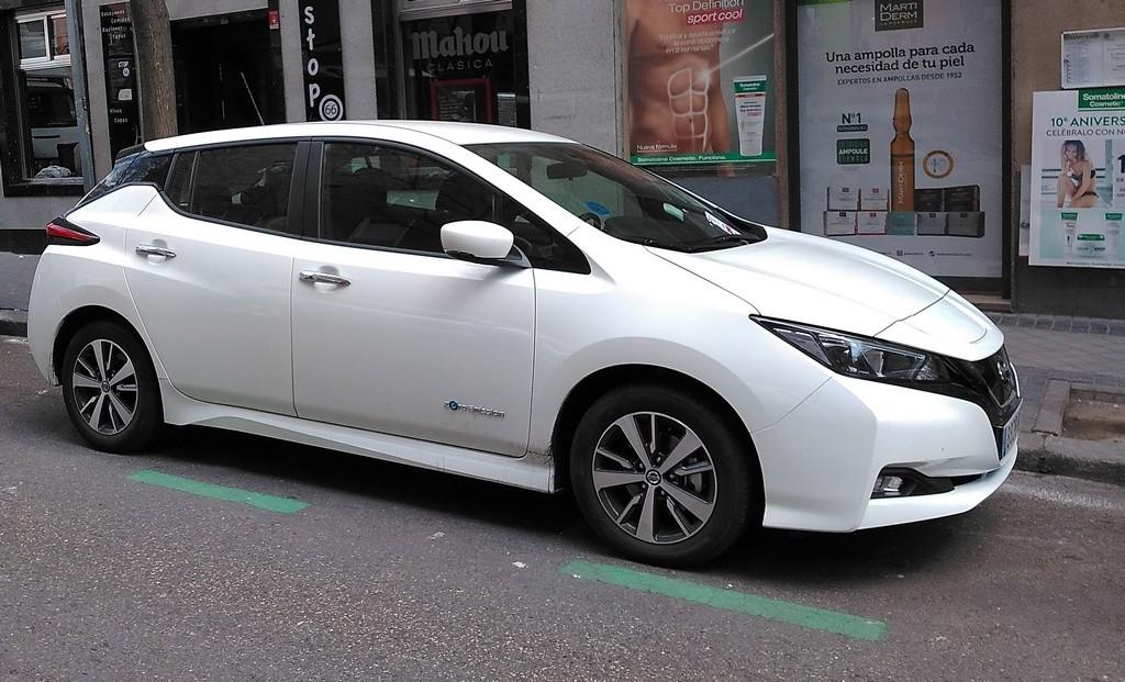 ¿Tienes que registrar tu coche eléctrico para aparcar gratis en la zona SER de Madrid?