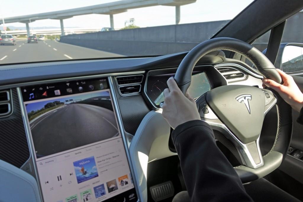Pantallas táctiles cada vez más grandes en los coches, ¿deberían controlarse?