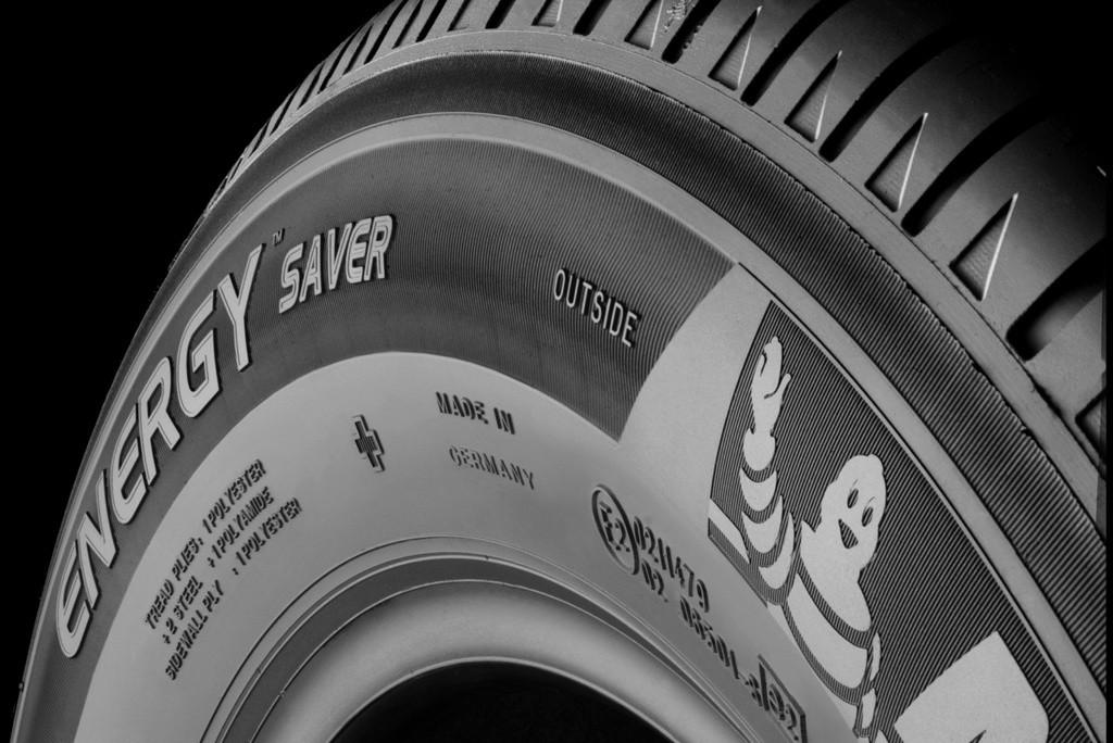 Así es cómo un neumático se convierte en guardarraíl o señal de tráfico