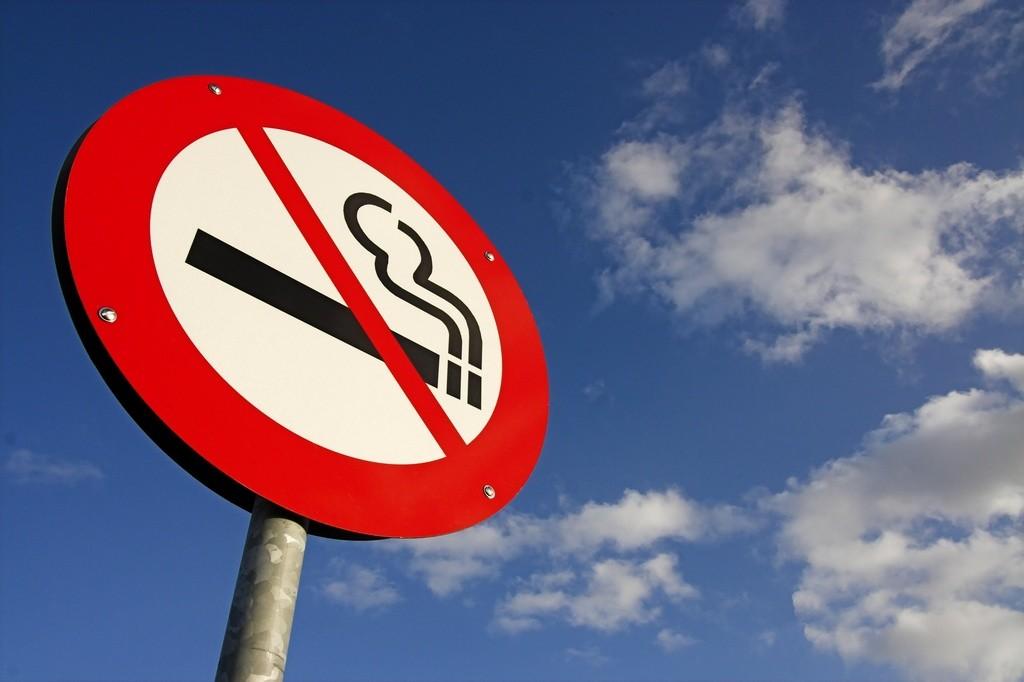 La DGT no piensa en prohibir fumar en el coche, pero el Ministerio de Sanidad sí