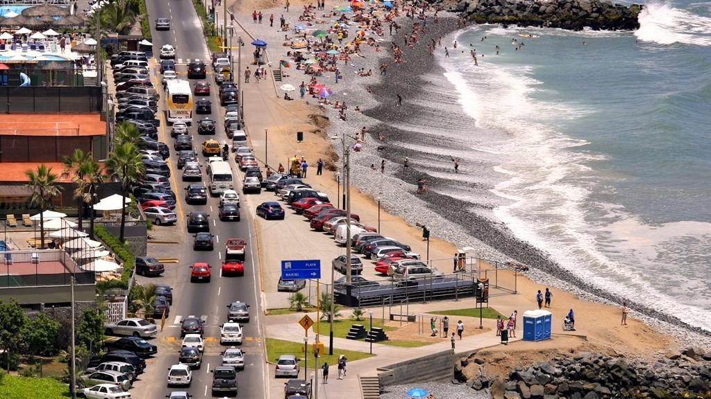 Poblaciones costeras saturadas: recomendaciones al volante en tu destino de vacaciones