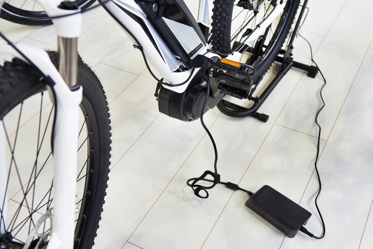 bicicleta eléctrica cargando
