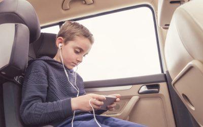 ¿Sabes cuándo tu hijo debe usar alzador en el coche?