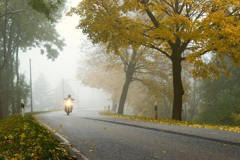 Moto en la niebla