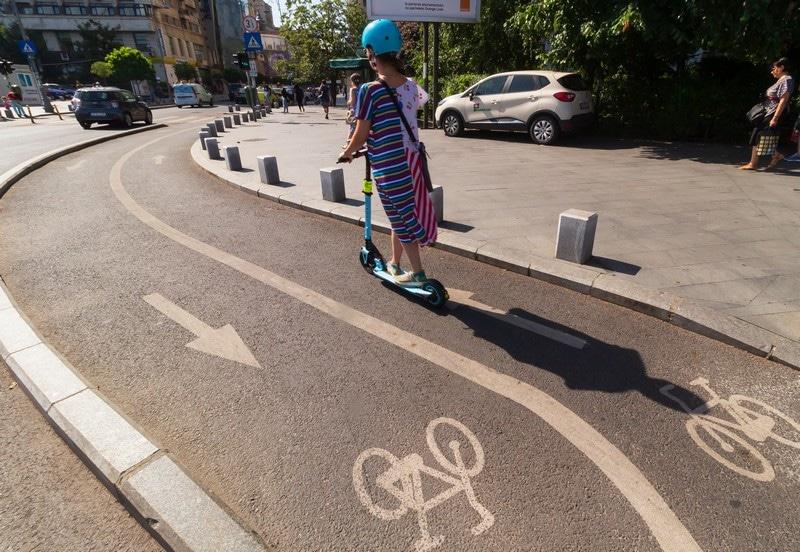 Patín eléctrico en carril bici