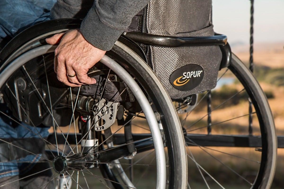 silla de ruedas persona con discapacidad